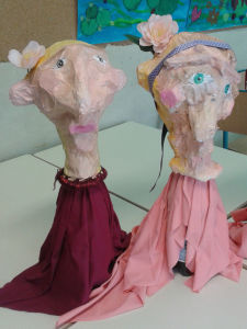 Marionnettes en papier mâché et objets de récupération