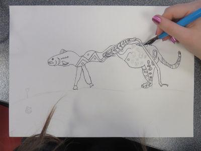 Gwenaëlle finalise son dessin