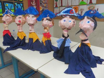 Marionnettes de gendarmes en papier mâché