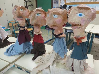 Marionnettes en papier mâché et objets destinés au recyclage