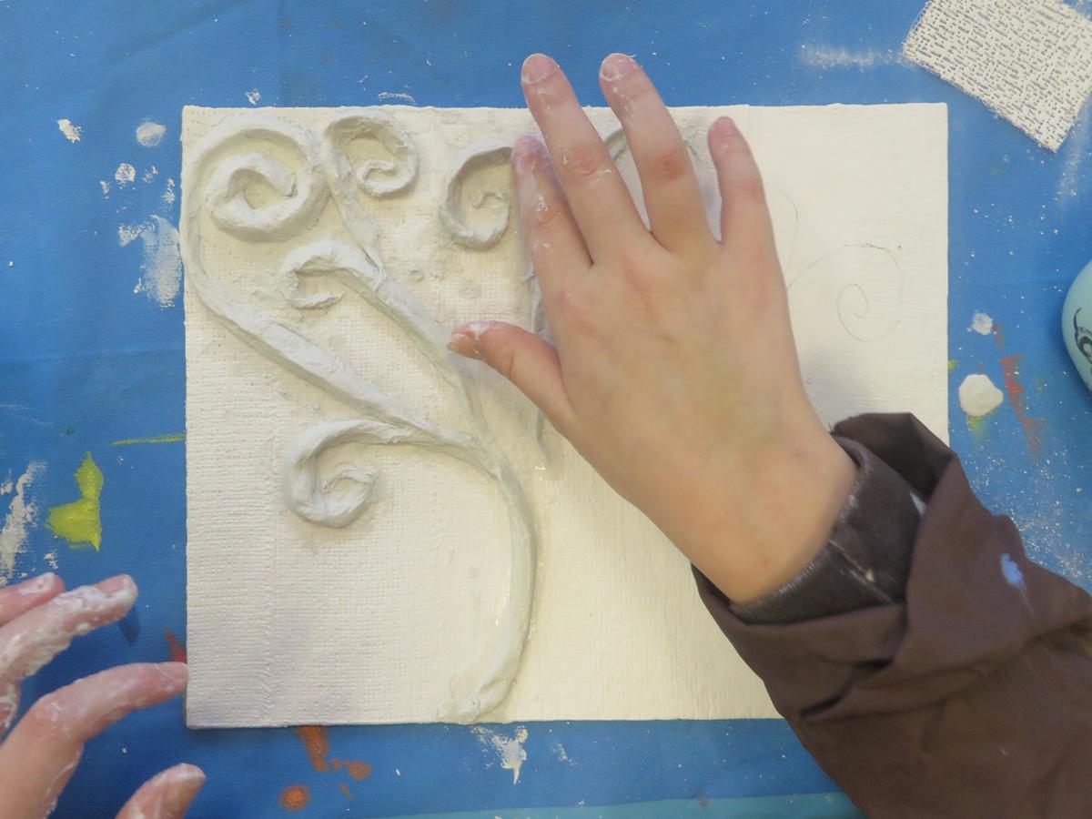sculpter avec des bandes plâtrées - atelier d'art plastique