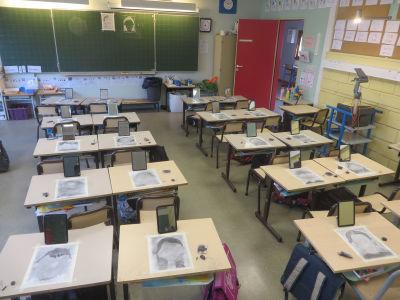 Cours de dessin dans une classe de CP