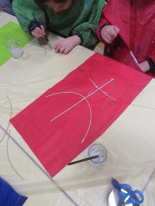 Coller l'armature sur le papier de soie