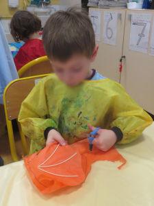 Enfant qui découpe son cerf-volant
