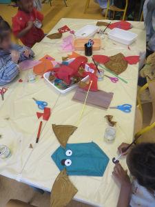 Enfants de maternelle qui travaillent