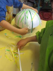 Coller les bandelettes avec de la colle à tapisser