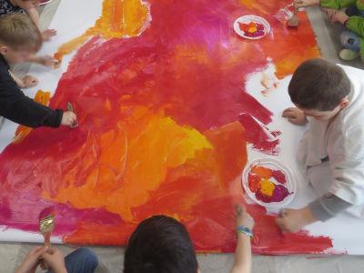 Peinture collective dans une classe de CP