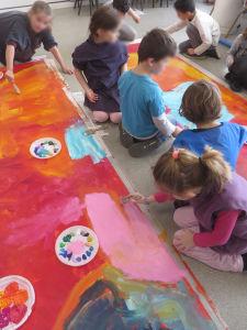 Création d'une peinture monumentale par les enfants