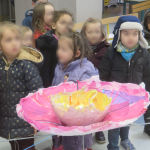 Fabriquer des fleurs géantes à la maternelle