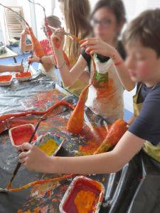 Séance de peinture dans une classe de CM1
