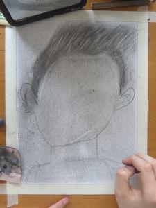 Commencer par dessiner les cheveux, puis la mâchoire
