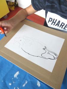 Arthur dessine à la plume