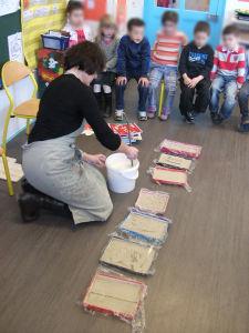 Les enfants observent le coulage du plâtre
