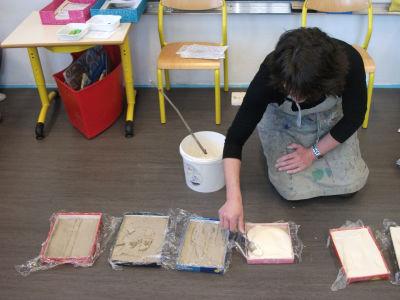 Chaque plaque d'argile est recouverte de plâtre