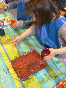 Les enfants peignent leur moulage en plâtre