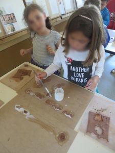 Séance d'arts plastiques dans une classe de CP