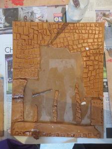 Modelage d'un bas-relief avec de l'argile
