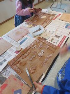 Les enfants créent leur tableau avec de l'argile