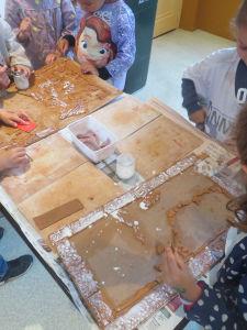 Réalisation d'un tableau en argile avec les enfants