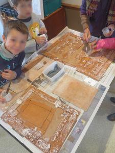 Les enfants créent leur tableau