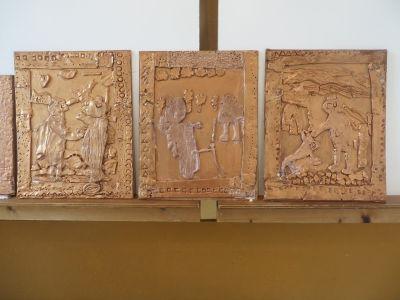 Séchage des bas-reliefs en argile