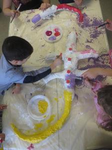 Les enfants peingnent leur sculpture