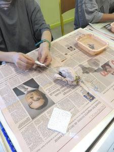 Bandes plâtrées et papier journal