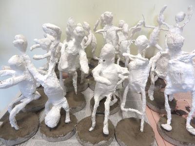 Modelage des corps en plâtre et socle en béton