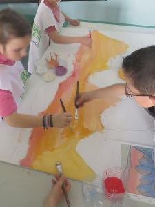 Séance de peinture à l'école de Relevant