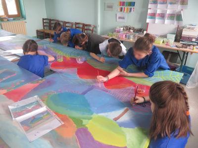 Les enfants sont concentrés sur leur travail