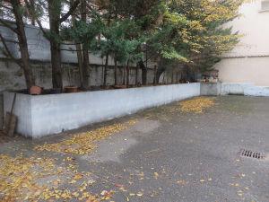 Le mur de la cour de l'école maternelle