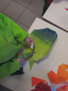 Un enfant découpe des formes géométriques