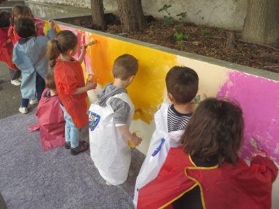 Peindre directement sur le mur de la cour de l'école