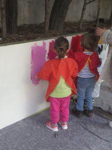 Les enfants peignent directement sur le mur