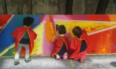 Les enfants peignent au pochoir