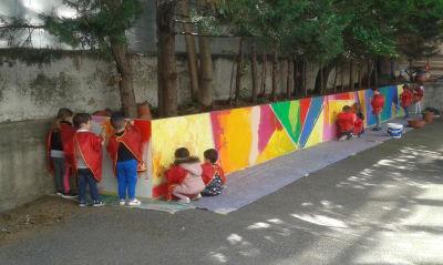 Le mur de 15m de long est peint en classe entière