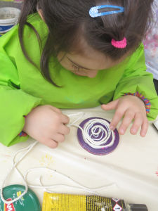 Une fillette colle sa ficelle en spirale