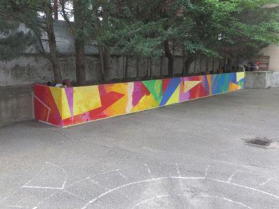 Fresque peinte par les enfants dans la cours de l'école maternelle