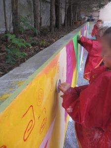 Les enfants de la maternelle décorent leur cours d'école