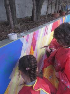 Les enfants peignent des lignes droites grace aux scotchs