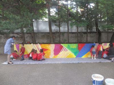 Peindre une fresque avec les enfants à la maternelle