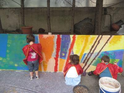 Des enfants réalisent une fresque dans leur école