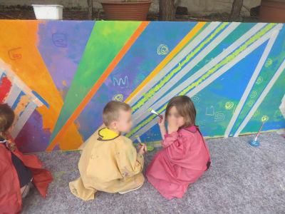 La fresque est peinte par les enfants de l'école maternelle