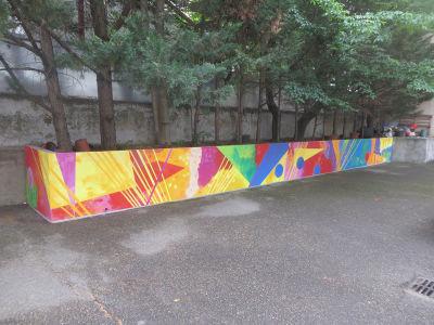 Le mur de l'école maternelle a été entièrement peint par les enfants