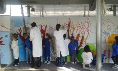 Un travail d'équipe entre adultes et enfants à l'école