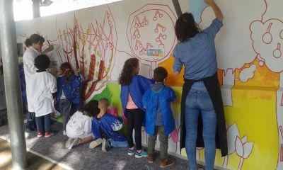 Séance de peinture en classe entière