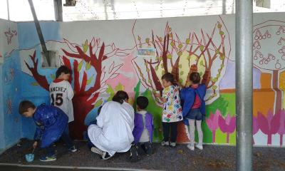 Les enfants d'une classe de CP réalisent une fresque