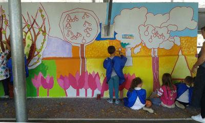 Séance d'arts visuels dans la cours de l'école maternelle