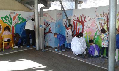 Création d'un mur peint à l'école avec les enfants