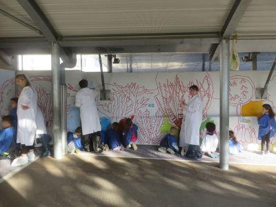 Un travail d'équipe entre les enfants et les adultes
